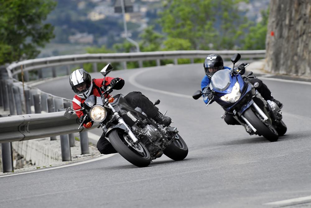 Deux motards circulant sur la route