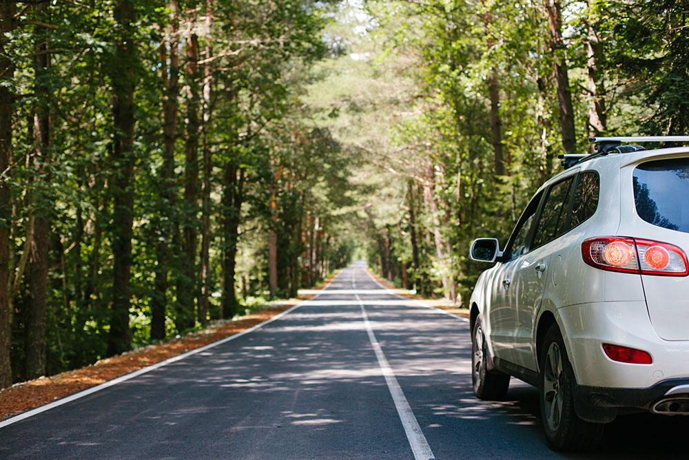Sécurité routière - une voiture qui roule sur une route départementale