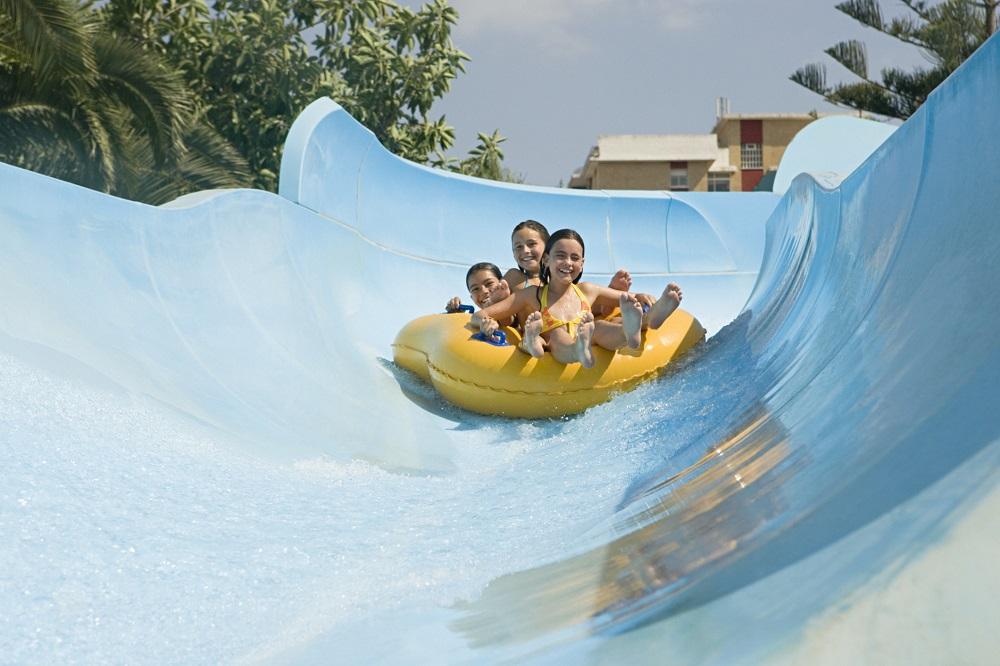 Enfants sur une bouée dans un toboggan