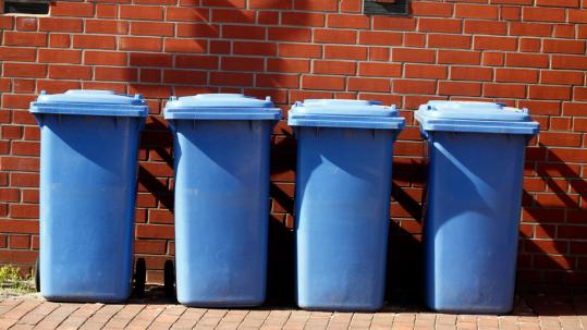 Des poubelles en extérieur