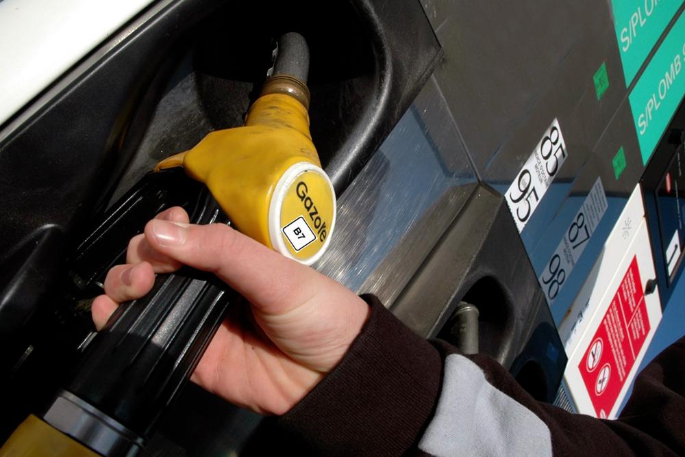 Un automobiliste se sert en Gazole B7 dans une station-essence