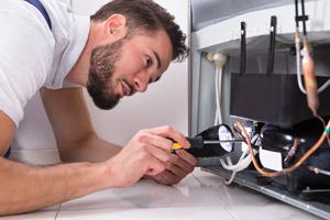 Un artisan en train de réparer un boitier électronique