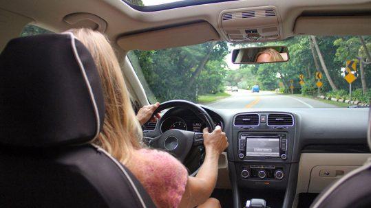 Une femme au bord de son volant sur la route