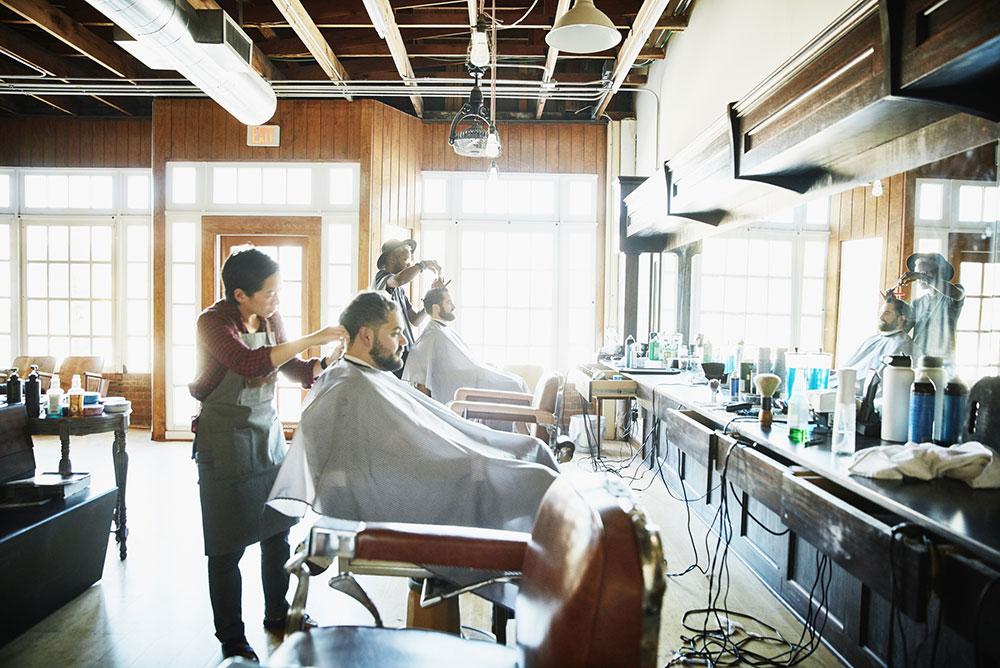 Un homme se fait couper les cheveux dans un salon de coiffure